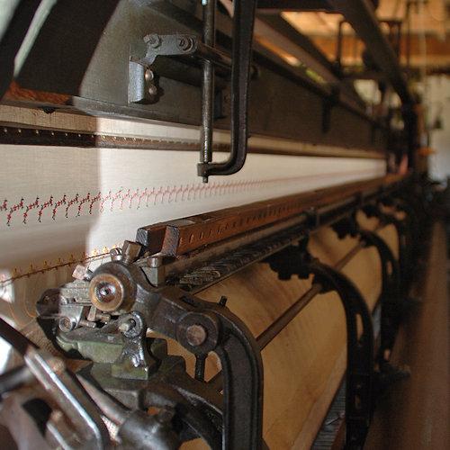 Blick auf eine Handstickmaschine mit einer Stickreihe
