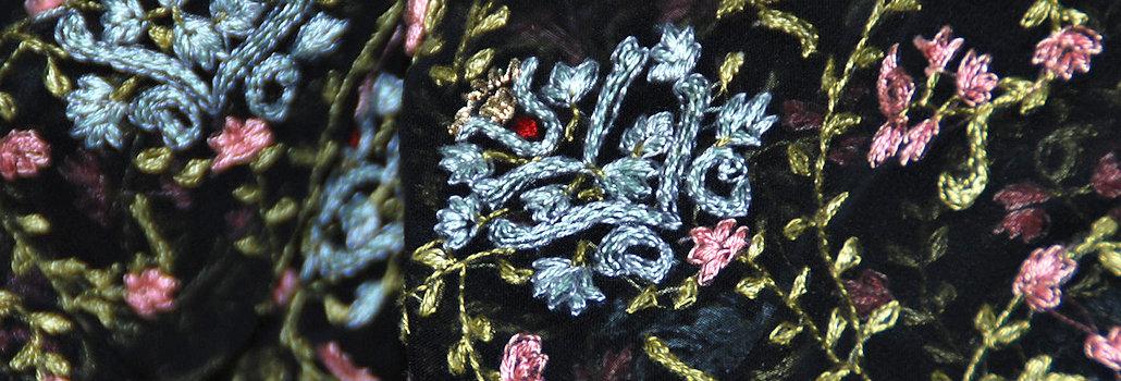Gewebe mit Kurbelstickerei in rot und rosa_Das Gewebe befindet sich in einer Handmschinenstickerei in der Schweiz