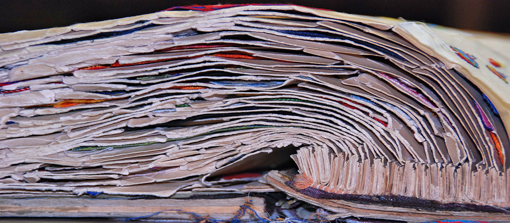 Frontaler Blick auf die Seiten eines Musterbuchs_Detailaufnahme