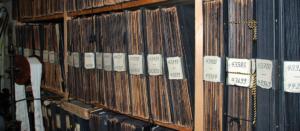 Leicht schräger Blick auf ein Regal mit nummerierten Musterbüchern